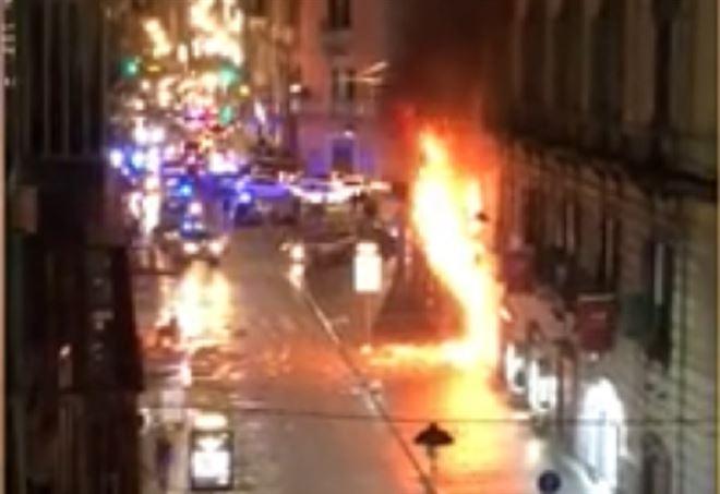Napoli, violenta esplosione: bar in fiamme