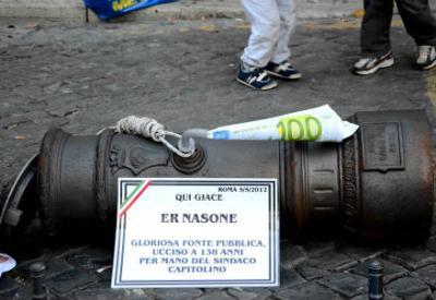 Una manifestazione contro la vendita delle quote Acea (InfoPhoto)