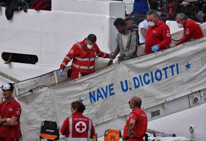 Nave Diciotti attracca a Trapani (LaPresse)