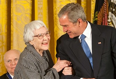 Nelle Harper Lee con il presidente americano George W. Bush (Foto Wikipedia)