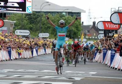 Vincenzo Nibali, 29 anni, esulta all'arrivo della tappa (dal profilo Twitter ufficiale @letour)