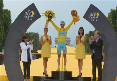 Vincenzo Nibali sul podio del Tourv 2014 (da Facebook Tour de France)