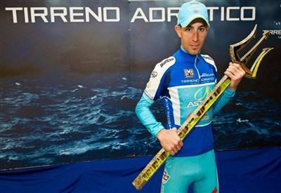 Vincenzo Nibali festeggia la vittoria nella Tirreno-Adriatico 2013