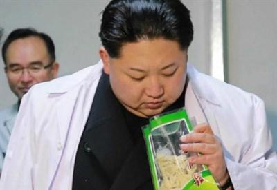 """Kim Jong-un ispeziona una fabbrica di """"alimentari"""" (LaPresse)"""