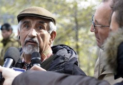 Alberto Perino protesta durante un esproprio in Valsusa (Infophoto)