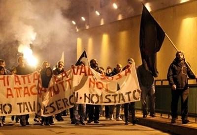 Proteste No Tav in Val di Susa (Infophoto)