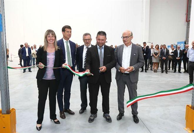Taglio di nastro all'Hub Number1: (da sin.) De Berti, Bauli, Sartori, Boninsegna e Villani