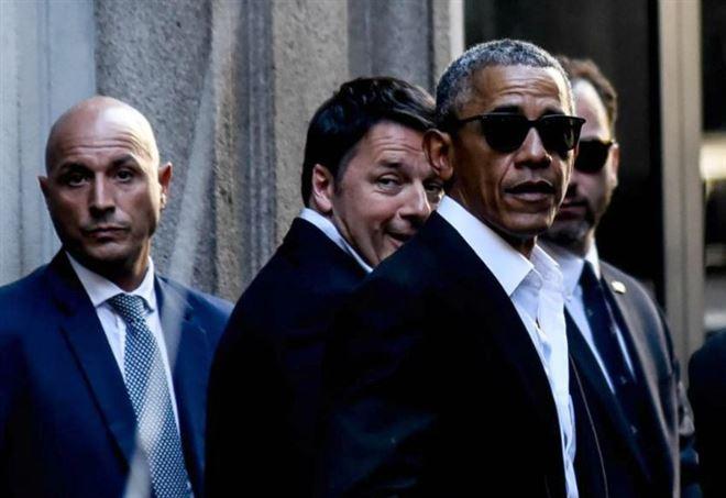 Obama esce con Renzi dall'Hotel Park Hyatt di Milano (LaPresse)