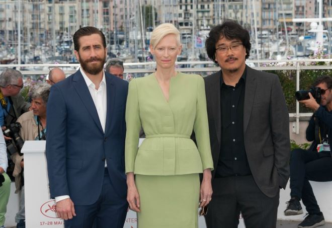 I protagonisti di Okja, Tilda Swinton e Jake Gyllenhaal, insieme al regista Bona Joon-Ho sul red carpet del Festival di Cannes