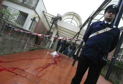 Il cortile della scuola di Napoli dove è avvenuto l'omicidio (InfoPhoto)