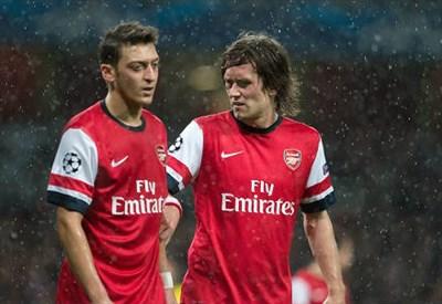 Mesut Ozil e Thomas Rosicky (Infophoto)