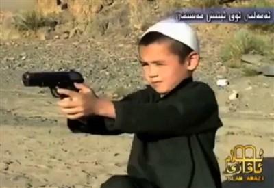 Un bambino pakistano viene addestrato ad uccidere (Foto: Infophoto)