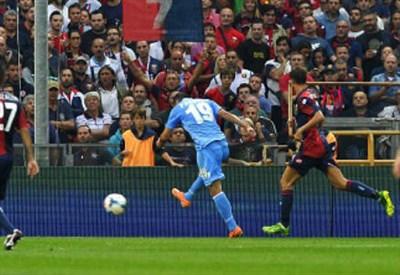 Goran Pandev al tiro durante Genoa-Napoli dell'anno scorso (INFOPHOTO)