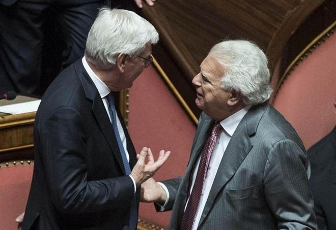 Denis Verdini (a destra), simbolo dell'inciucio Renzi-Berlusconi e a detta di molti vero artefice del Rosatellum (LaPresse)