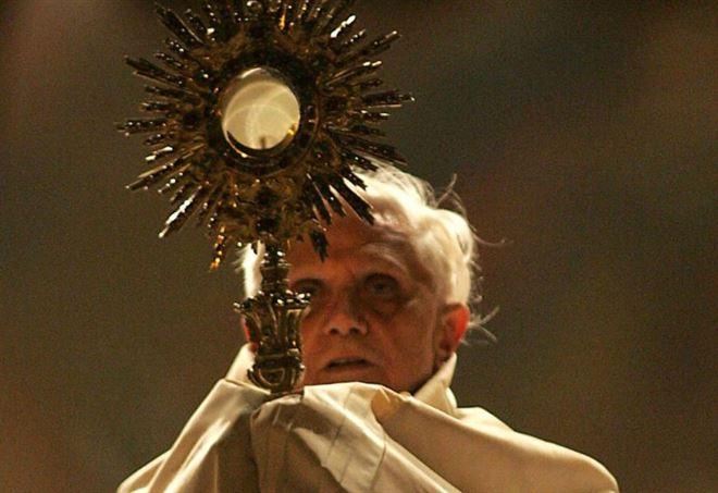 Papa Benedetto XVI durante il Corpus Domini nel 2005 (Lapresse)