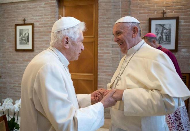 Papa Emerito Benedetto XVI e Papa Francesco (LaPresse)