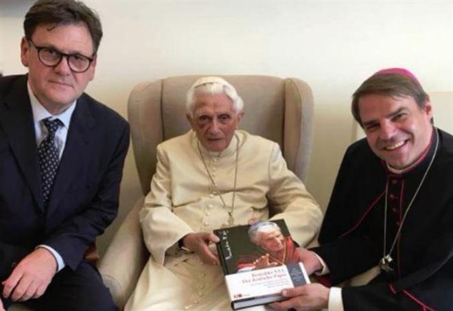 Papa Benedetto XVI è caduto (Facebook)