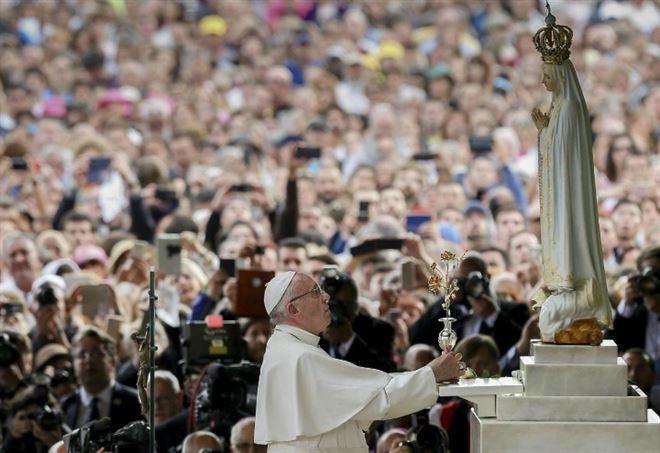 Papa Francesco a Fatima (LaPresse)