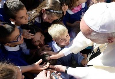 Papa Francesco iri con i bambini terremotati (LaPresse)