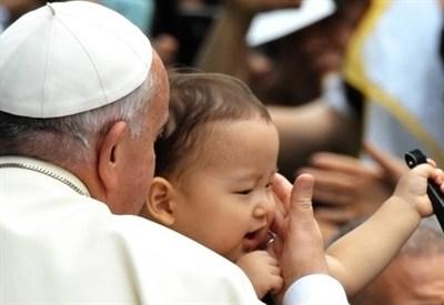 Papa Francesco durante l'ultimo viaggio in Sud Corea (Infophoto)