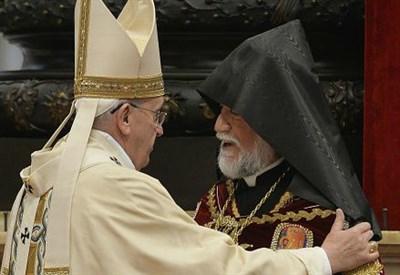 Papa Francesco con il Catholicos di tutti gli armeni Karekin II (Foto da polisblog.it)