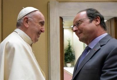 Papa Francesco e François Hollande (LaPresse)