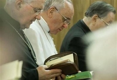 Papa Francesco in preghiera (foto http://www.news.va/it)