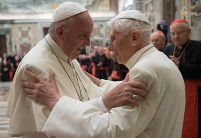L'abbraccio di ieri tra papa Francesco e J. Ratzinger (La Presse)