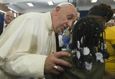Papa Francesco visita una scuola durante l'ultimo viaggio negli Usa (Infophoto)