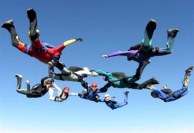 Paracadusti in volo in formazione acrobatica