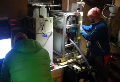 Installazione dello spettrometro nel Laboratorio sull'Everest