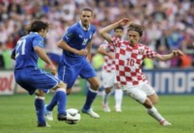 Pirlo in azione in Italia-Croazia (Infophoto)