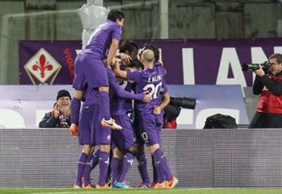 I giocatori della Fiorentina esultano (Foto Infophoto)