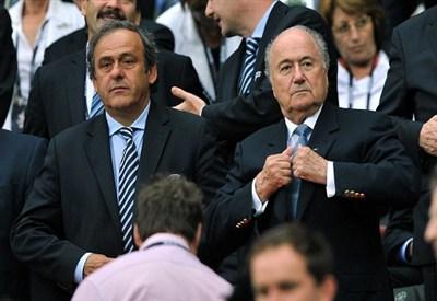 Michel Platini (sinistra), 57 anni, presidente dell'UEFA, e Sepp Blatter, 76, presidente della FIFA (INFOPHOTO)