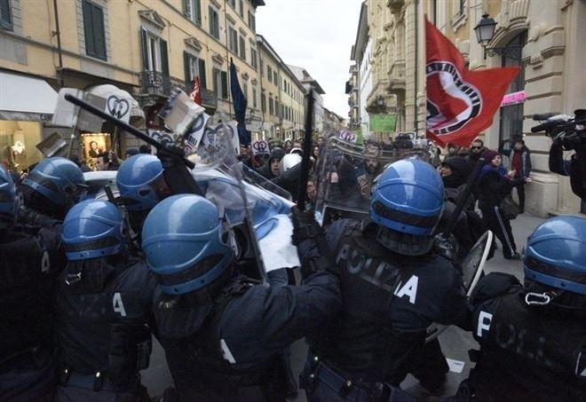 Scontri tra polizia e antagonisti a Pisa (LaPresse)
