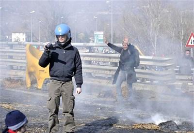 Un poliziotto con una telecamera durante una operazione di sgombero (Foto: Infophoto)