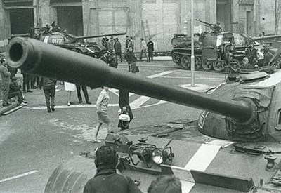 Carri sovietici a Praga nel 1968 (Immagine d'archivio)