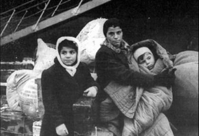 Profughi in attesa di salire sul Toscana, immagine dal web