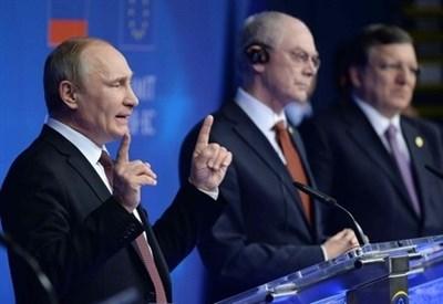 Vladimir Putin (S) con Van Rompuy e Barroso (Infophoto)