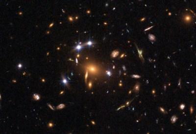 Anche i puntini (galassie) più deboli e distanti ospitano un buco nero supermassiccio - Credit: K. Sharon e E. Ofek, Esa, Nasa