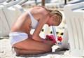 STRAGE IN TUNISIA/ La ragazza che piange sulla spiaggia, l'icona del nostro dolore