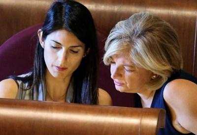Virginia Raggi con l'assessore Paola Muraro (LaPresse)