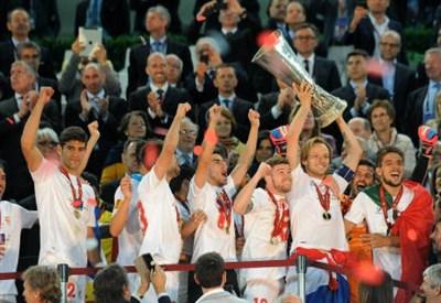 Il Siviglia alza al cielo l'Europa League 2013-2014 (INFOPHOTO)