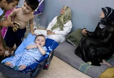 Una famiglia di rifugiati siriani in Libano (InfoPhoto)