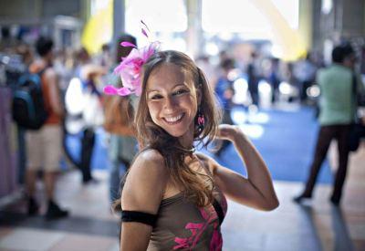Una bella ragazza sorridente: sarà anche felice? (Foto: Infophoto)