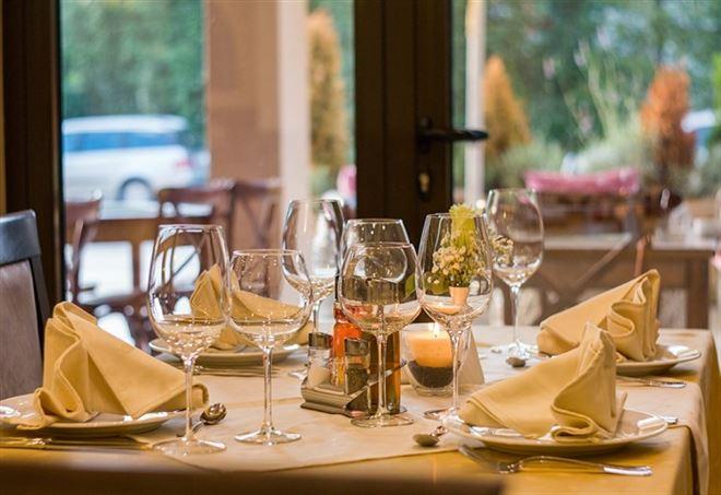 Pesaro sgridata al ristorante dopo una crisi epilettica