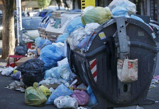Caos rifiuti a Roma (LaPresse)