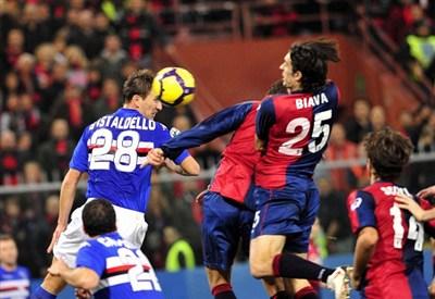 Contrasto tra Gastaldello e Biava in un recente derby di Genova (INFOPHOTO)