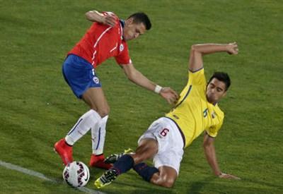 Alexis Sanchez (sinistra), 26 anni, del Cile contro Christian Noboa, 30, dell'Ecuador (INFOPHOTO)