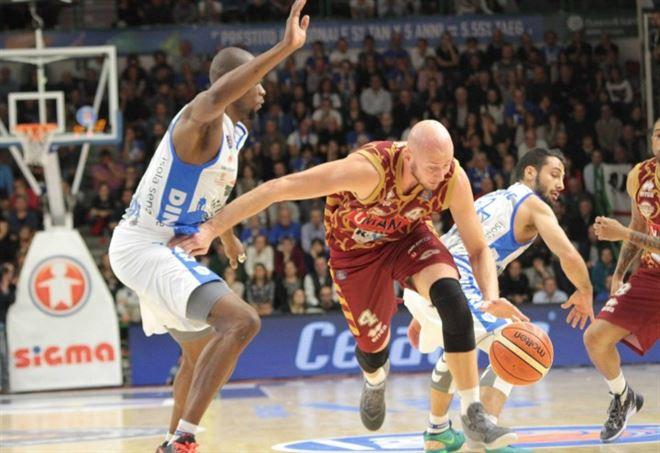 Lega Basket Serie A, Venezia corsara a Sassari, La Reyer è seconda